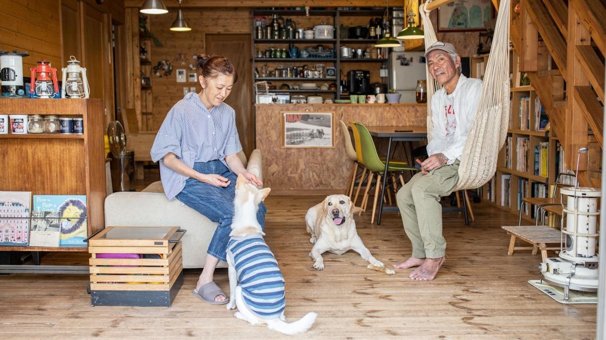 キャンプ好きの夫婦が暮らすのは、愛犬との思い出がつまった住宅地に立つログハウス(埼玉) みんなの部屋