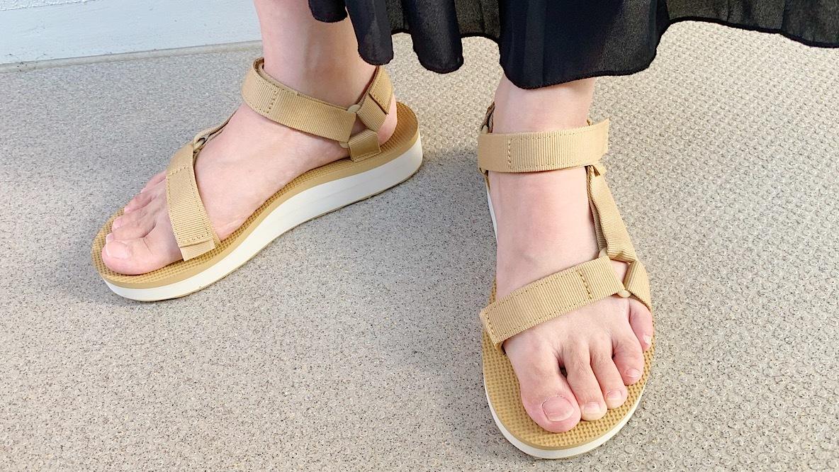 やっぱTevaだな〜! スポサンなのに脚をキレイに見せてくれる「3cmソール」が最高なのよ…|マイ定番スタイル