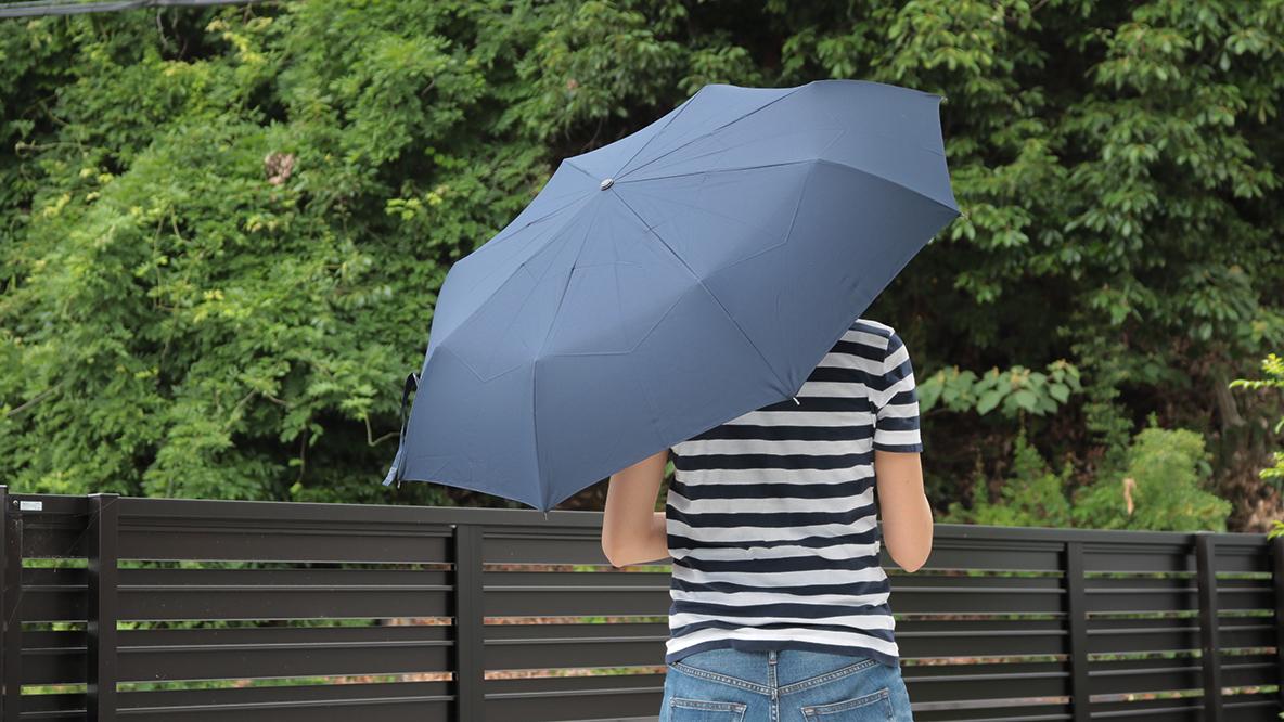 3e2593895a4f3 ユニクロの折りたたみ傘、工夫の宝庫だ…この機能性で1500円とは! マイ定番スタイル   ROOMIE(ルーミー)