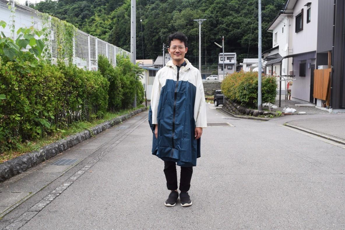急な雨にコンビニで傘を買う日々に、さよなら〜!脱ぎ着が楽チンな「レインポンチョ」をカバンに忍ばせる|マイ定番スタイル