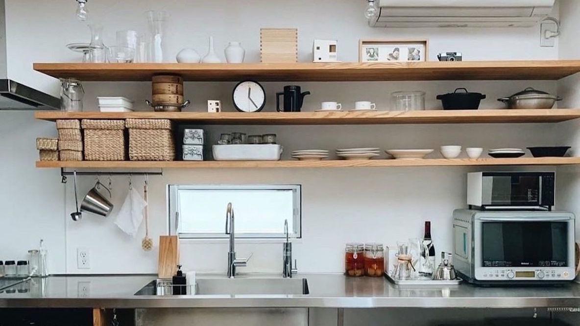 キッチン棚の上には、好きなモノを等間隔にディスプレイするとキレイに見える わたしの部屋