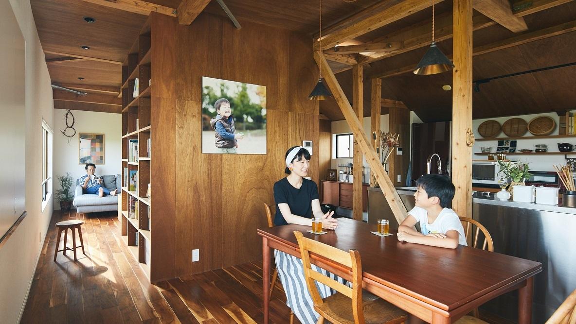夏には屋上で極上の花火鑑賞を。3人家族が暮らす多摩川沿いのリノベ一軒家(狛江)|みんなの部屋