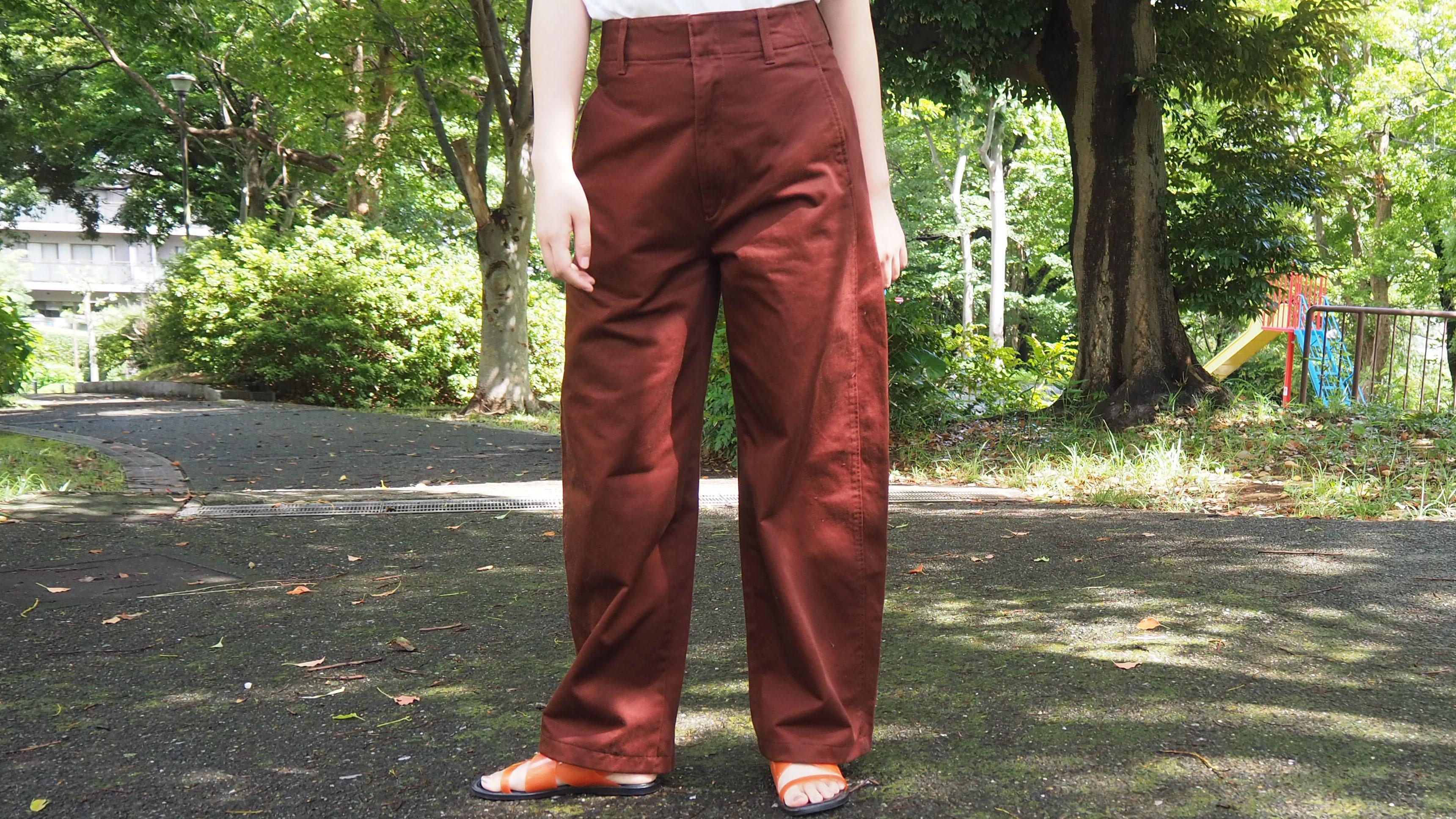 これに慣れたら他のなんて履けない。ユニクロの新作カーブパンツ、シルエットが良すぎるな…│マイ定番スタイル