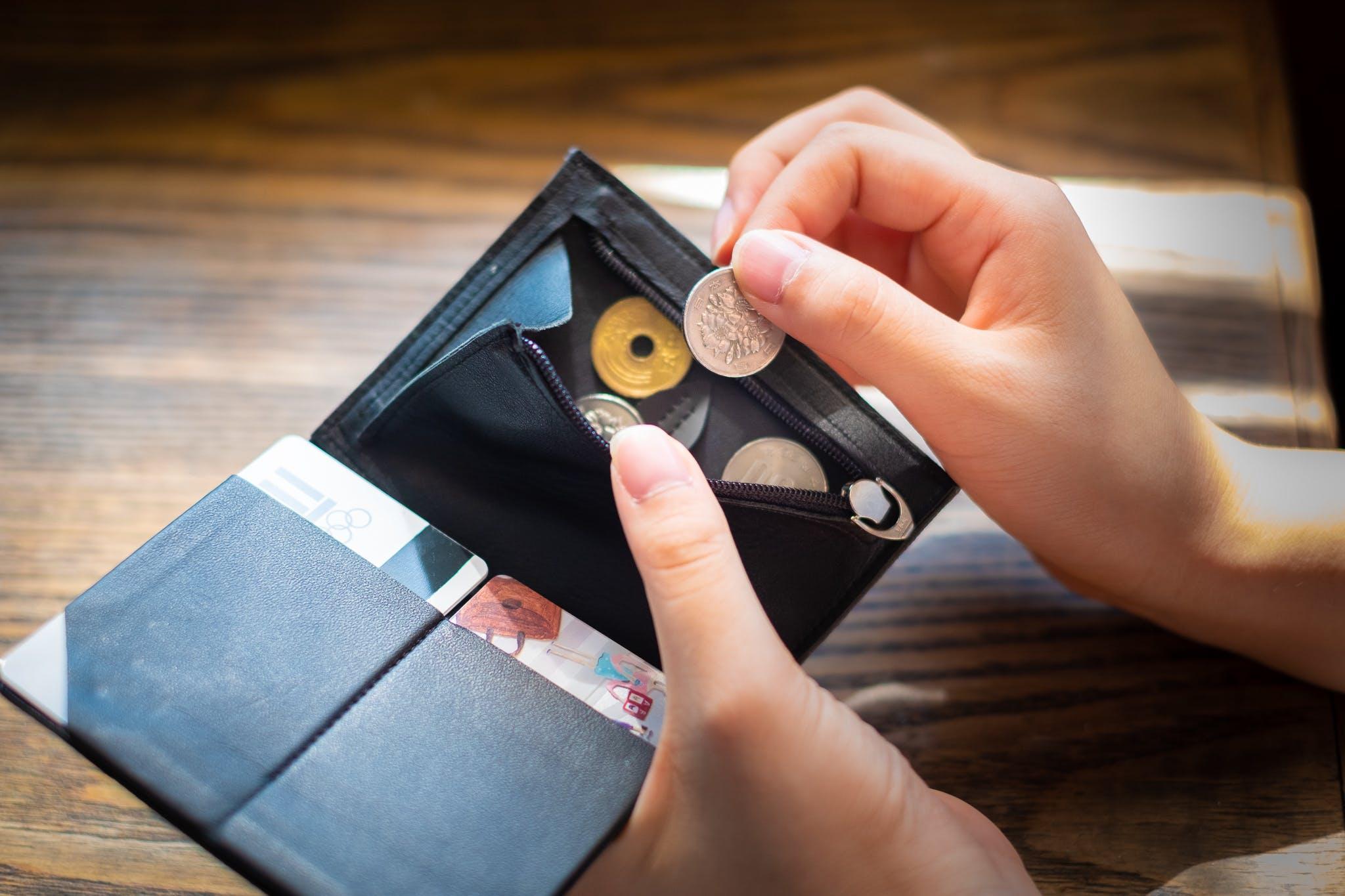 ミニマルウォレットの弱点克服!? 小銭やカードを入れても膨らまない財布だって