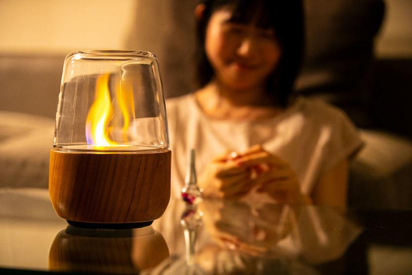 手を添えるとポッと灯るランタン。炎の揺らぎと香りに癒やされて…