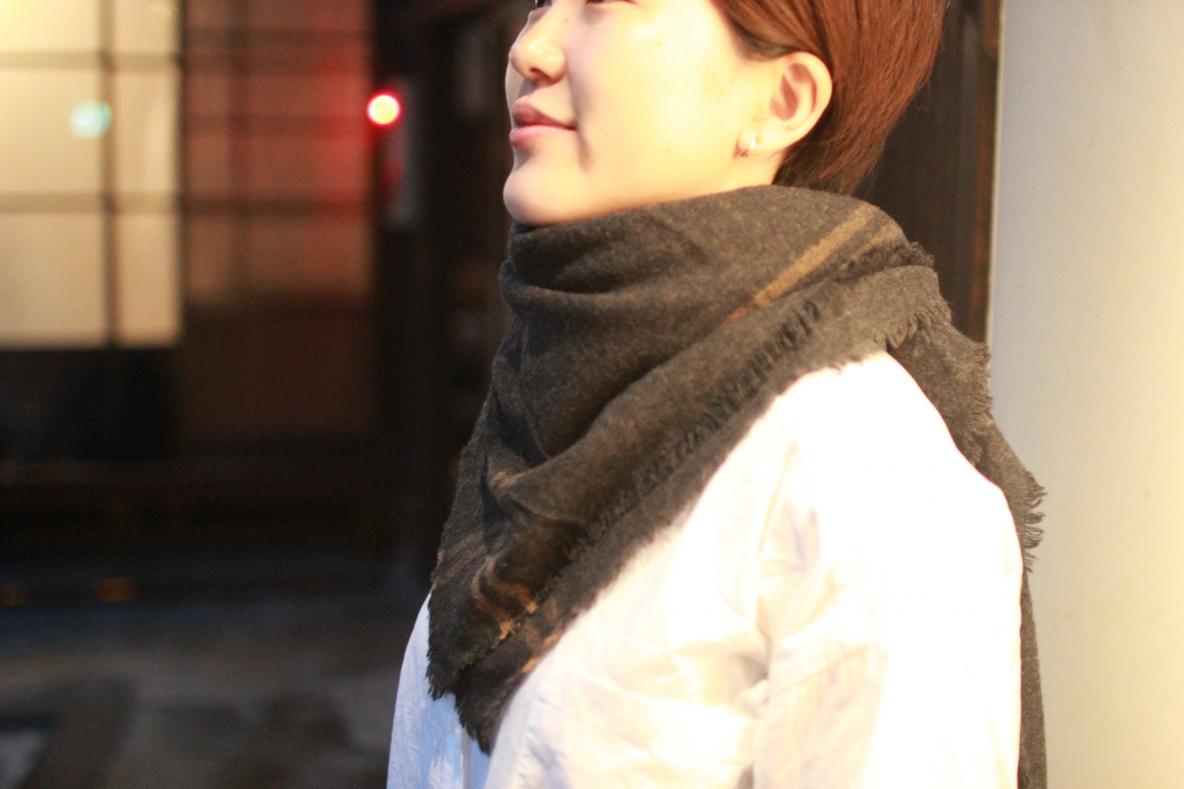 マーガレット・ハウエルのストールはチクチクせず、頬ずりしちゃう肌触り。肌寒い日には羽織やひざ掛けにも…| 増税前にコレが買い!