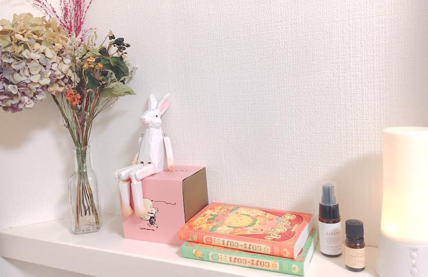 友人のプレゼントが見守ってくれる窓枠。安心が寄り添う学生のひとり暮らし|わたしの部屋