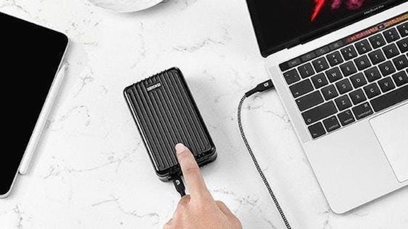 スーツケースみたいなモバイルバッテリー、PC・スマホが4台同時充電できるって強すぎない!?
