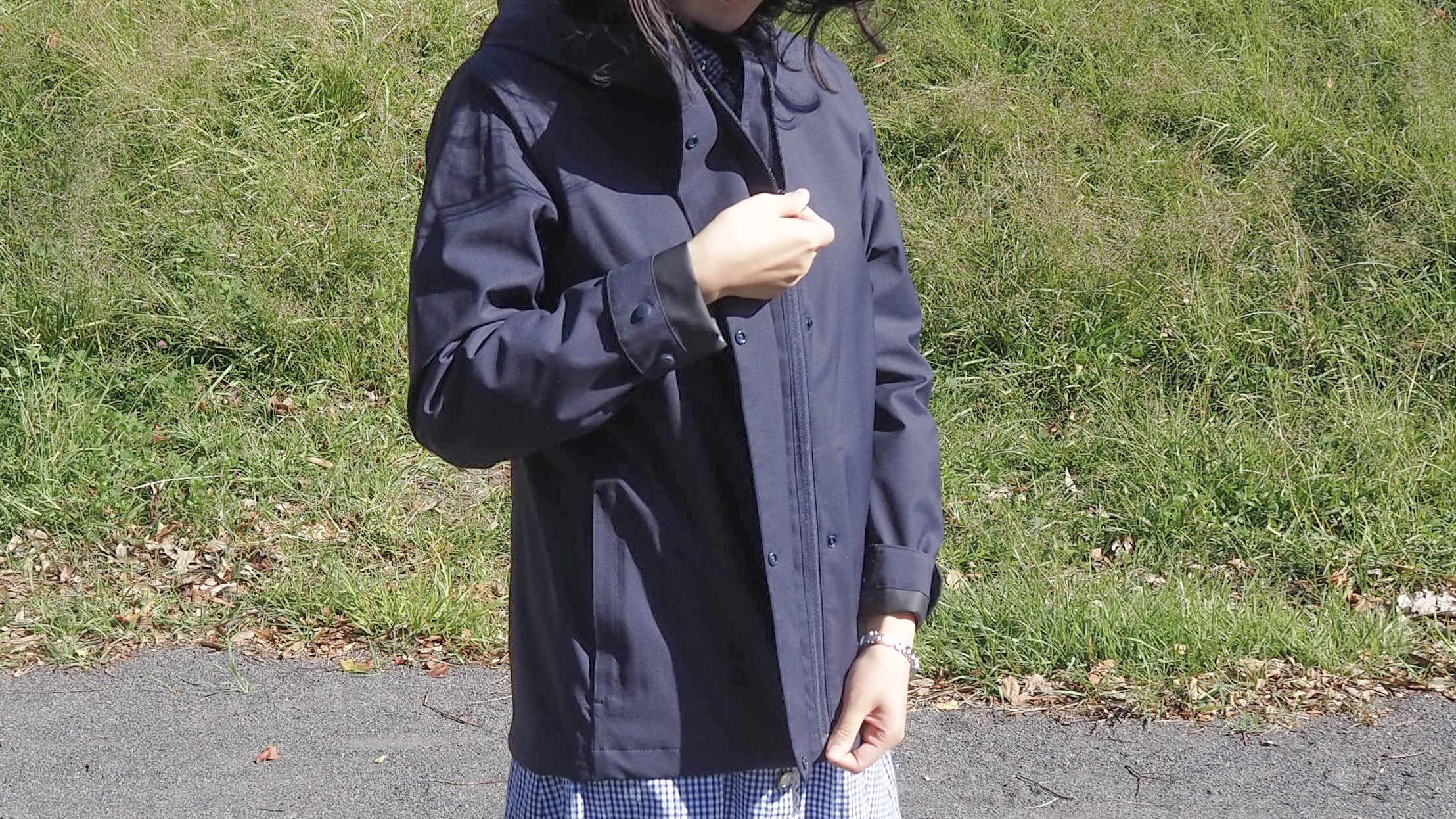 行楽の秋の必須アイテム!ユニクロのブロックテックパーカ、一枚持ってると安心感がすごいぞ…!|マイ定番スタイル