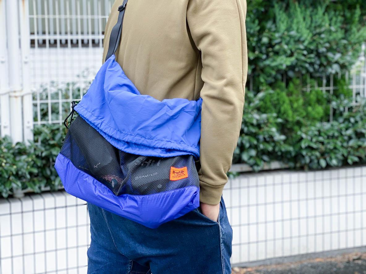 サコッシュじゃ荷物が入りきらない人へ、こんな欲張りなコンパクトショルダーバッグはどう? | マイ定番スタイル