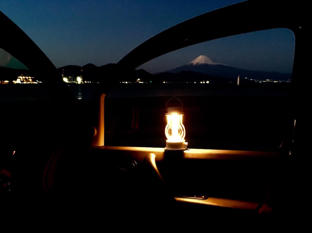 バルミューダが作るLEDランタンは灯りの揺らぎが美しい! 部屋でも外でも使い続けていきたい逸品 | マイ定番スタイル