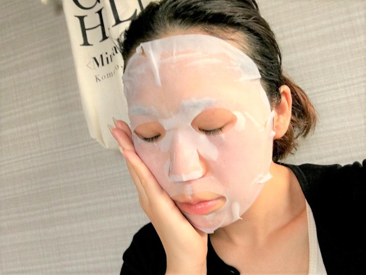 石澤研究所の毛穴撫子 お米のマスクを顔に貼ったイメージ
