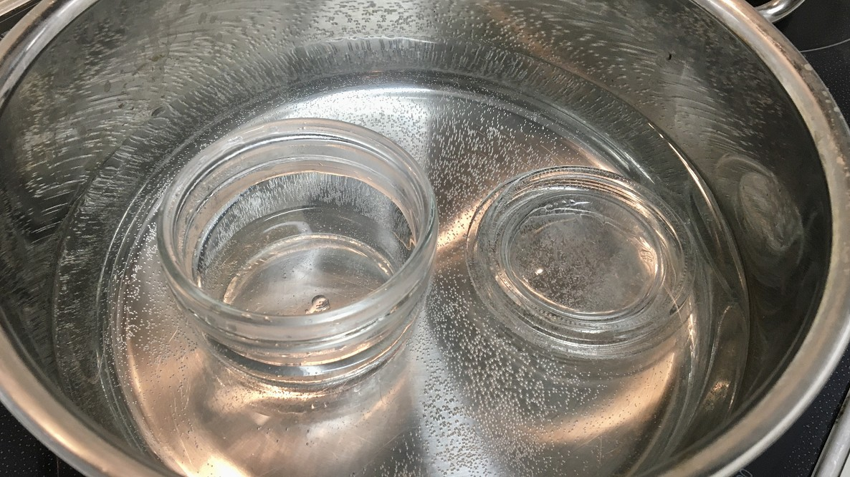 煮沸消毒されるビン