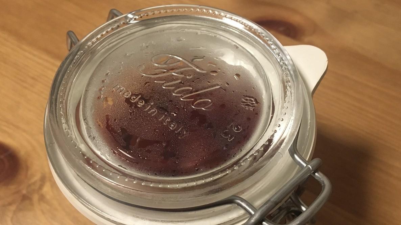 ビンに詰められたイチゴ
