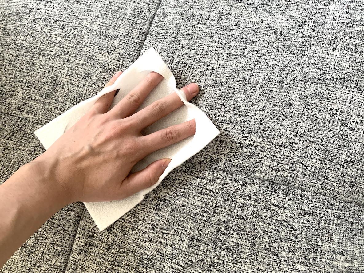 ソファの気になる汗汚れは このお掃除シートでパパッと簡単に拭きとっちゃおう Roomie ルーミー