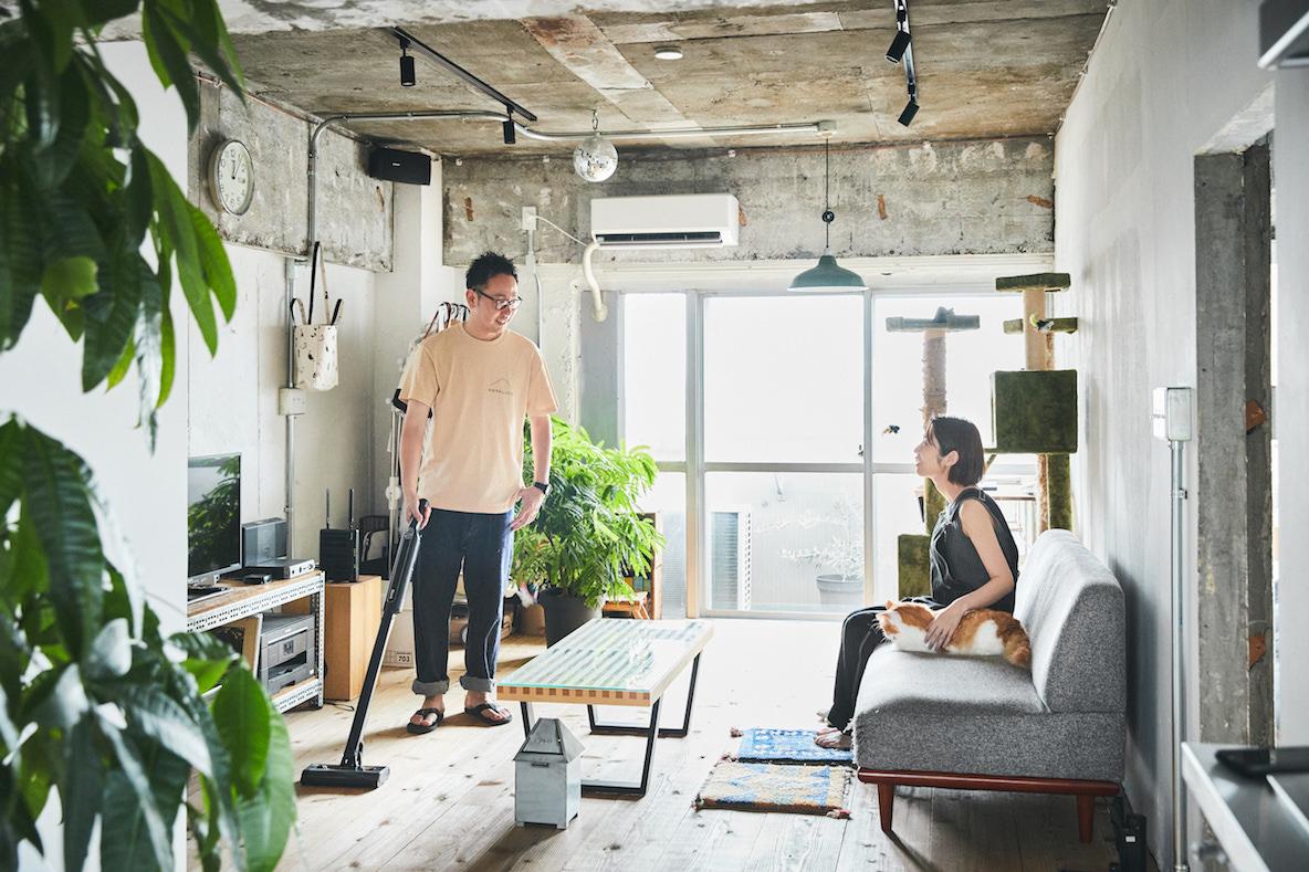 ワンタッチでハンディにもなるコードレススティック掃除機が、部屋中をキレイにしてくれる