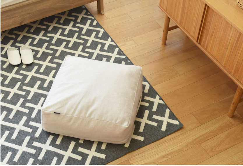 bon moment(ボンモマン)リビングクッションになる掛け布団ケースを床に置く
