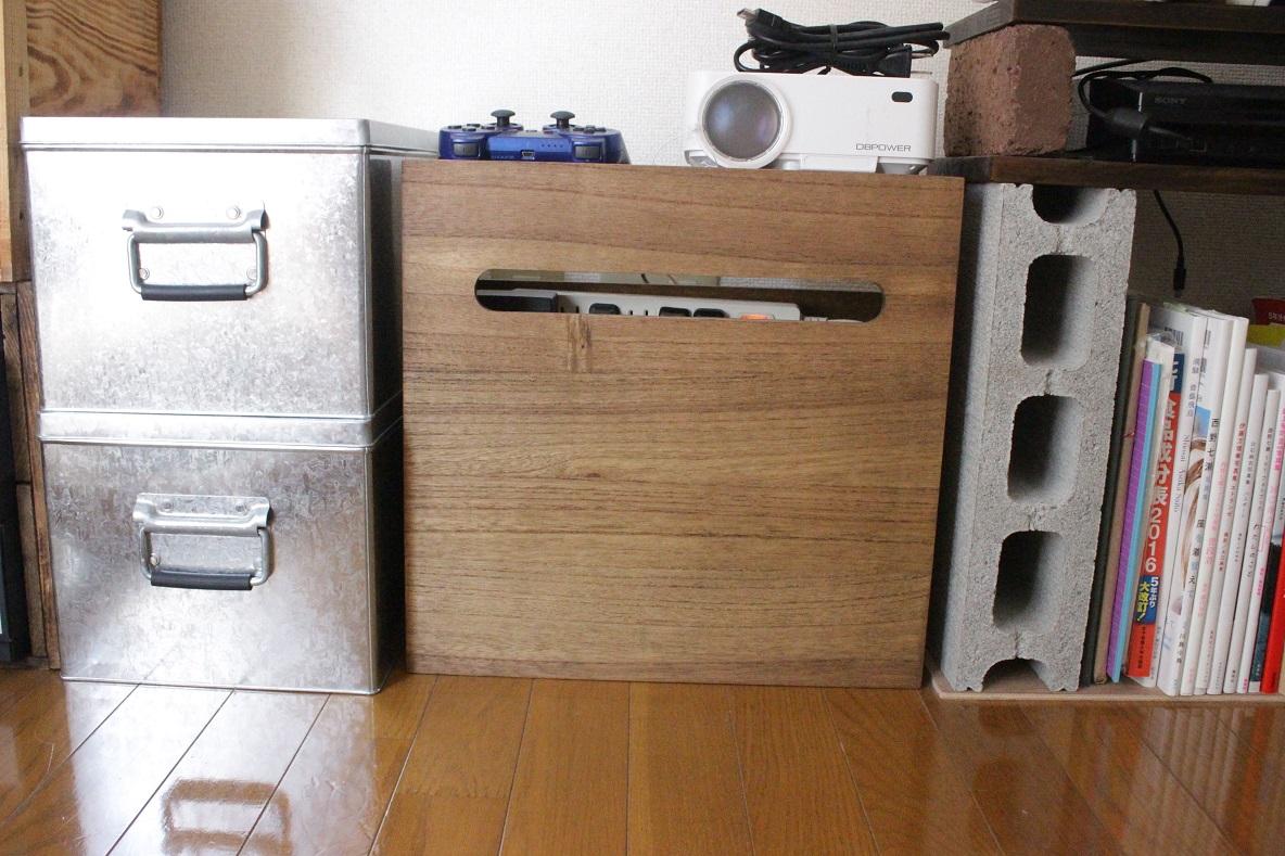 KIRIGEN 「総桐ルーター収納ボックス」にプロジェクターとゲームのコントローラーを置く