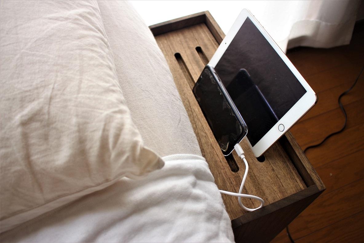 KIRIGEN 「総桐ルーター収納ボックス」をベッドサイドに置いて、スマホとタブレットを並べる