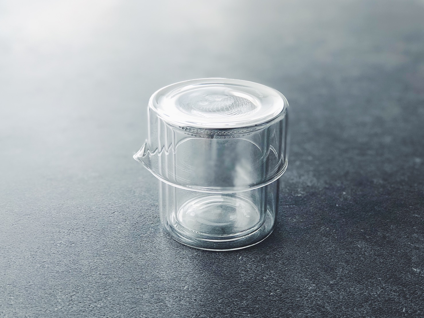 ガラス製の次世代型急須がスマートすぎる。おもてなしから後片付けまで機能的なんだ|マイ定番スタイル | ROOMIE(ルーミー)