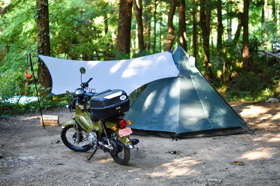 身軽な装備でソロキャンプ。ベテランキャンパーに聞いた「食う・寝る・焚き火」の定番アウトドアギア | ROOMIE(ルーミー)