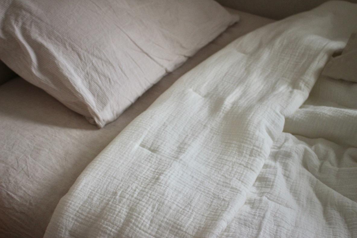 無印良品「綿三重ガーゼ中わた入りケット」をベッドにセット