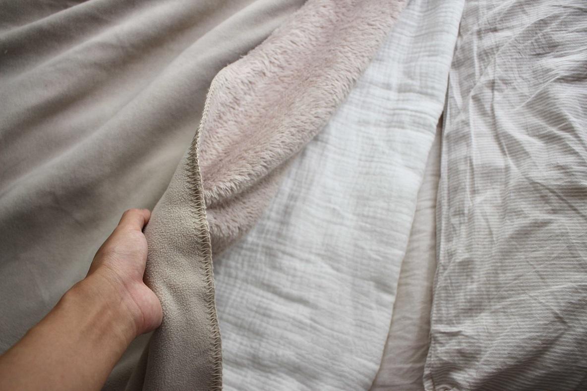 無印良品「綿三重ガーゼ中わた入りケット」の上に毛布を掛ける