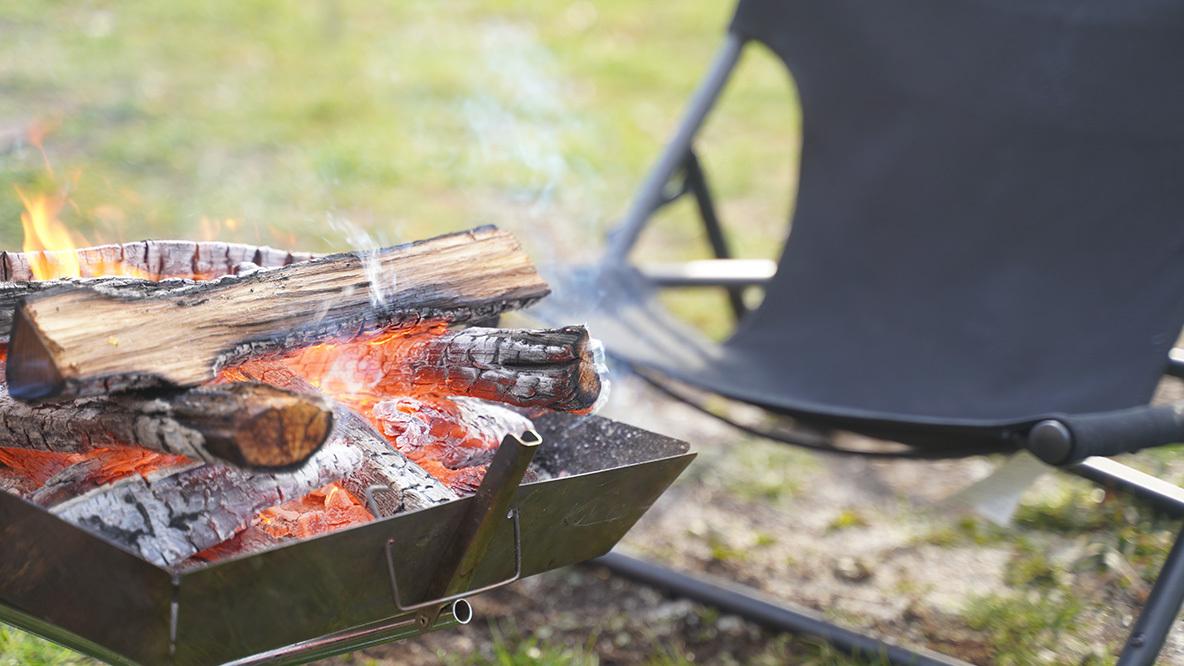 火の粉で穴が開かない! DODの焚き火専用チェアなら、秋冬キャンプが一層楽しくなるな…