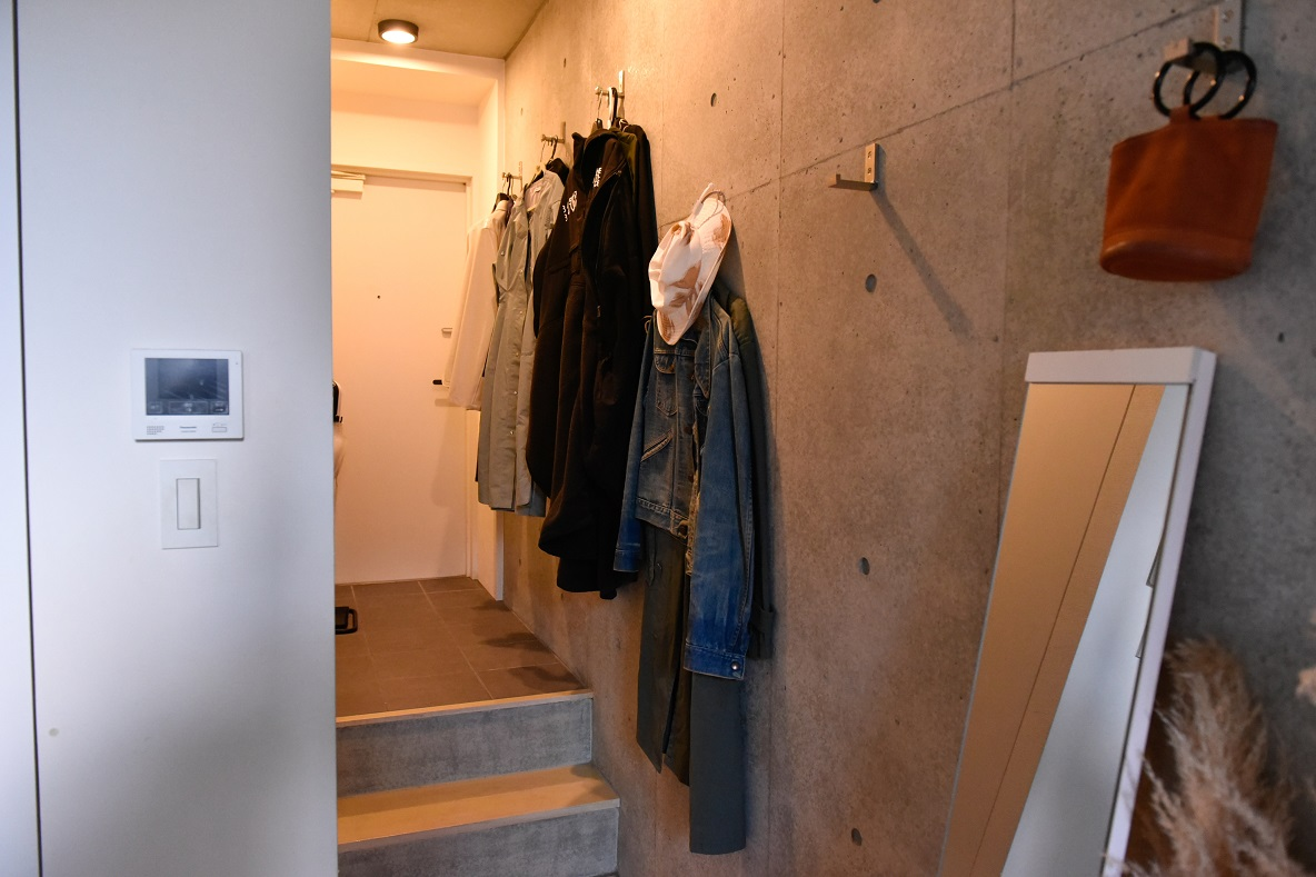 玄関に繋がる壁と廊下