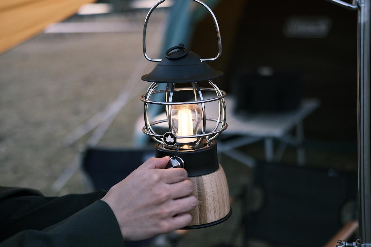 LOGOS 「Bamboo コテージランタン」の光をつまみで調整