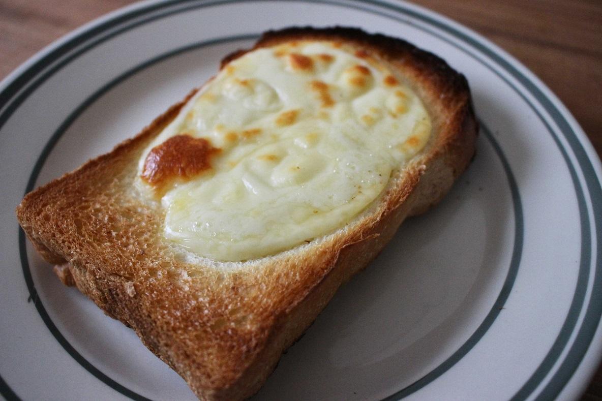 北海道まあるいチーズをのせたトースト
