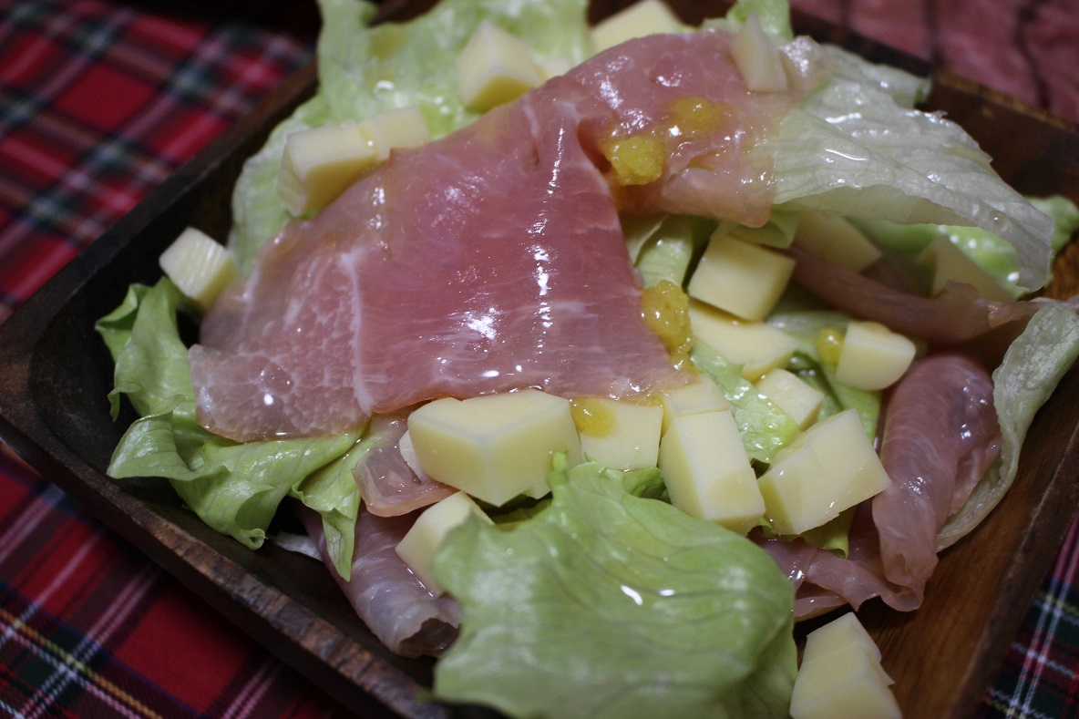 北海道まあるいチーズを切って、サラダに入れる