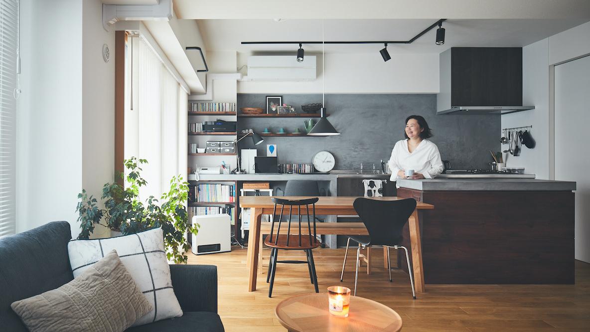 インテリア雑誌の編集者からフリーライターへ転身した女性が、パートナーとふたりで暮らすリノベ部屋(三鷹) みんなの部屋