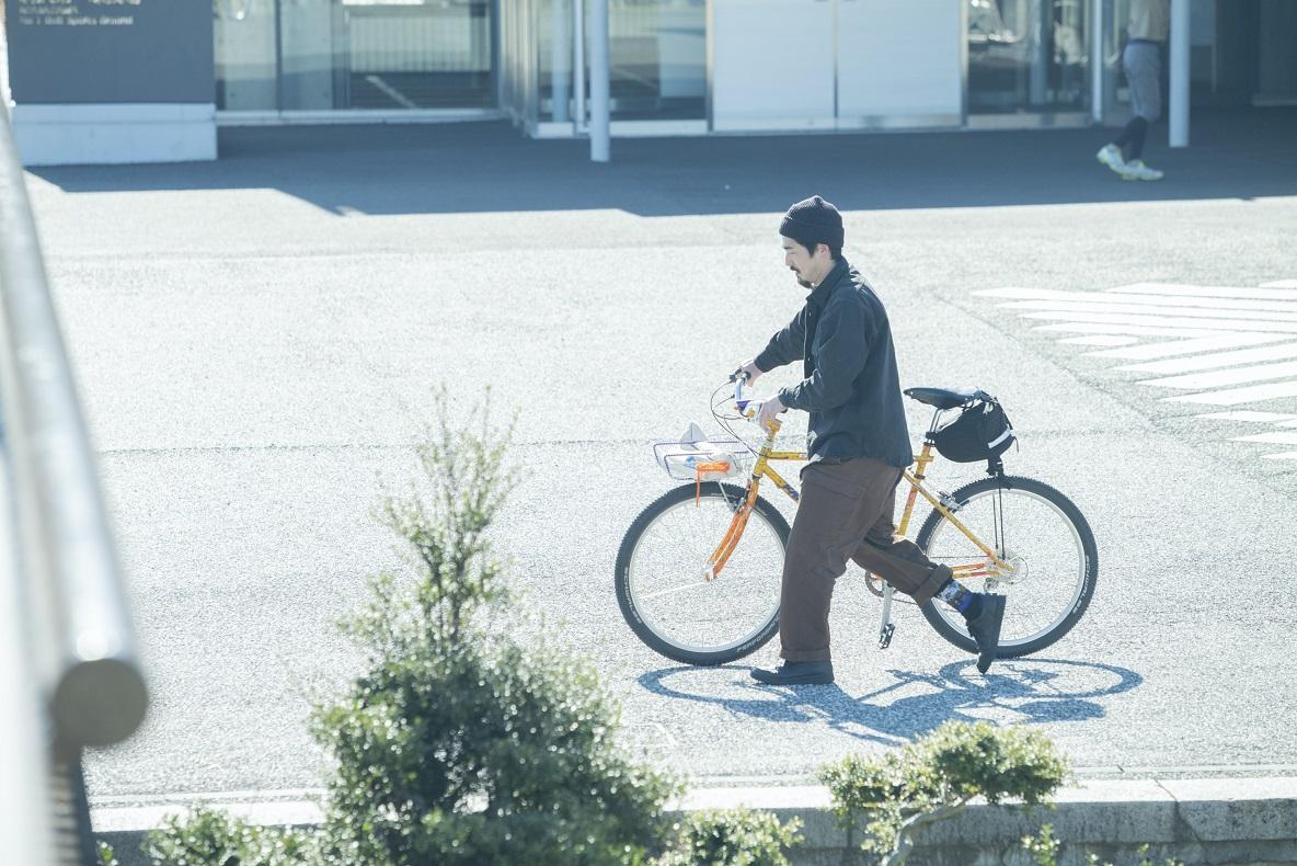 自転車を押す木村さん