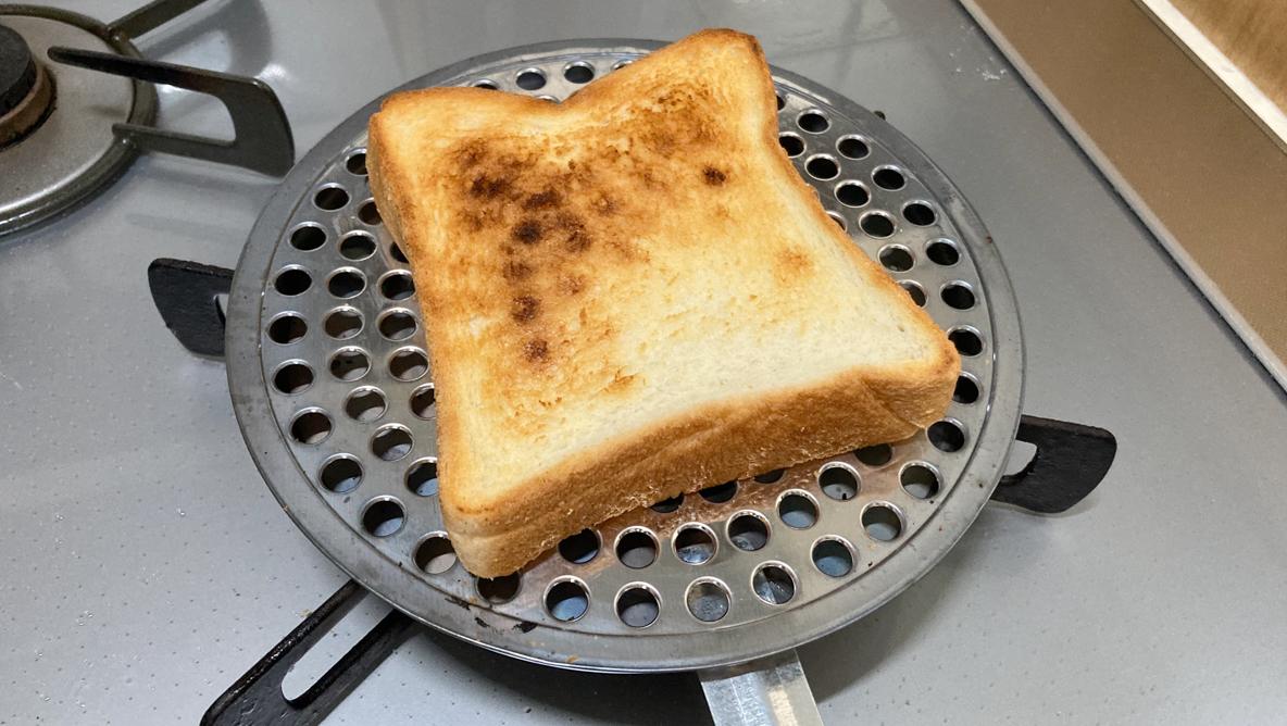 トースターを持ってない人に朗報! 外はサクッと中はふんわりパンを焼ける道具を見つけたよ   ROOMIE(ルーミー)