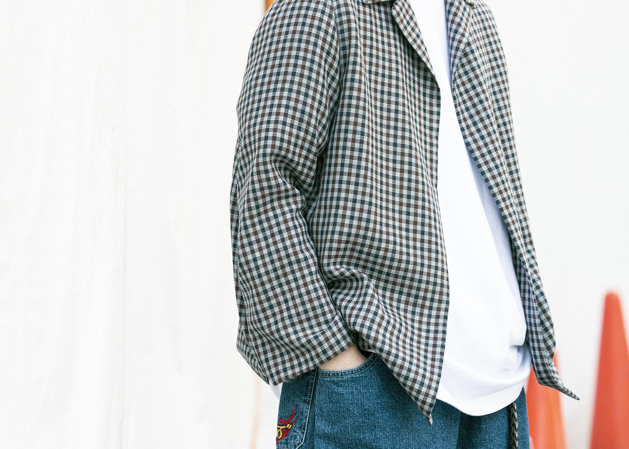 ヘインズ(HANES)Tシャツを男性が着用 上からシャツを羽織る