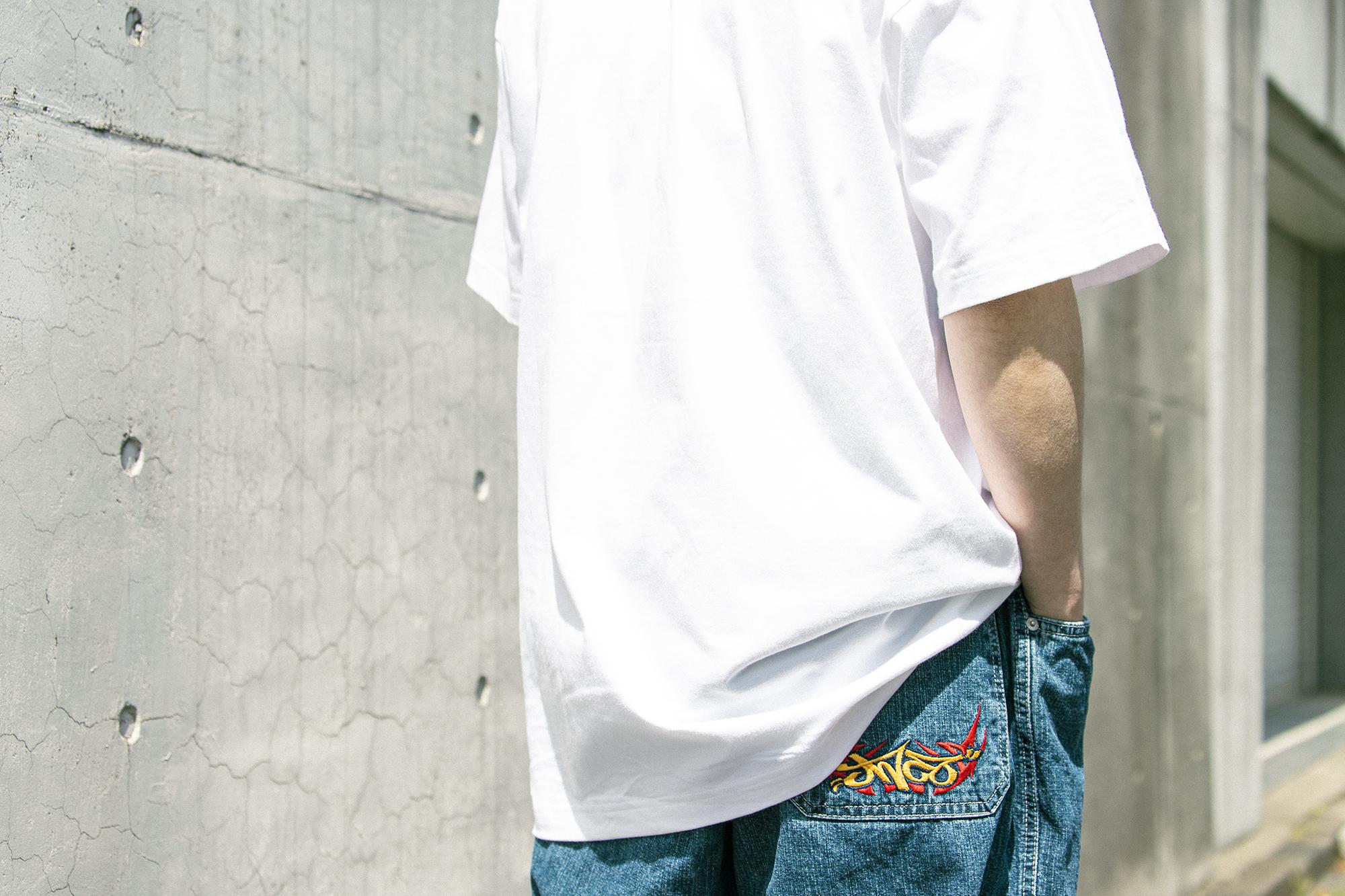 ヘインズ(HANES)Tシャツを男性が着用