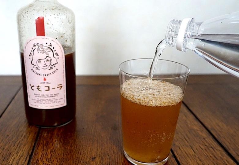 【割引クーポンあり】コーヒーと混ぜても美味しい! 天然素材のクラフトコーラ「ともコーラ」のおいしい飲み方 | ROOMIE(ルーミー)