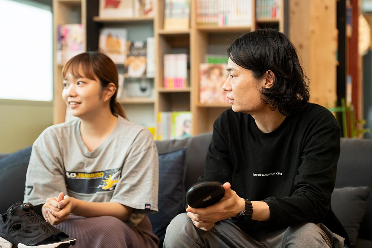 サンダル座談会に参加するライターの山田卓立さんとROOMIE編集部員