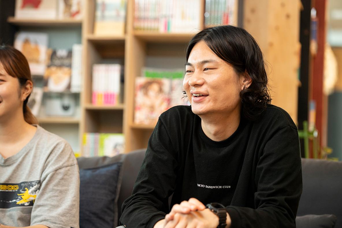 サンダル座談会に参加するライターの山田卓立さん