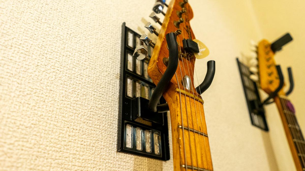 ギターの置き場問題を解決! ホチキスでセットできる壁掛けスタンドなら賃貸住宅でも安心だよ マイ定番スタイル