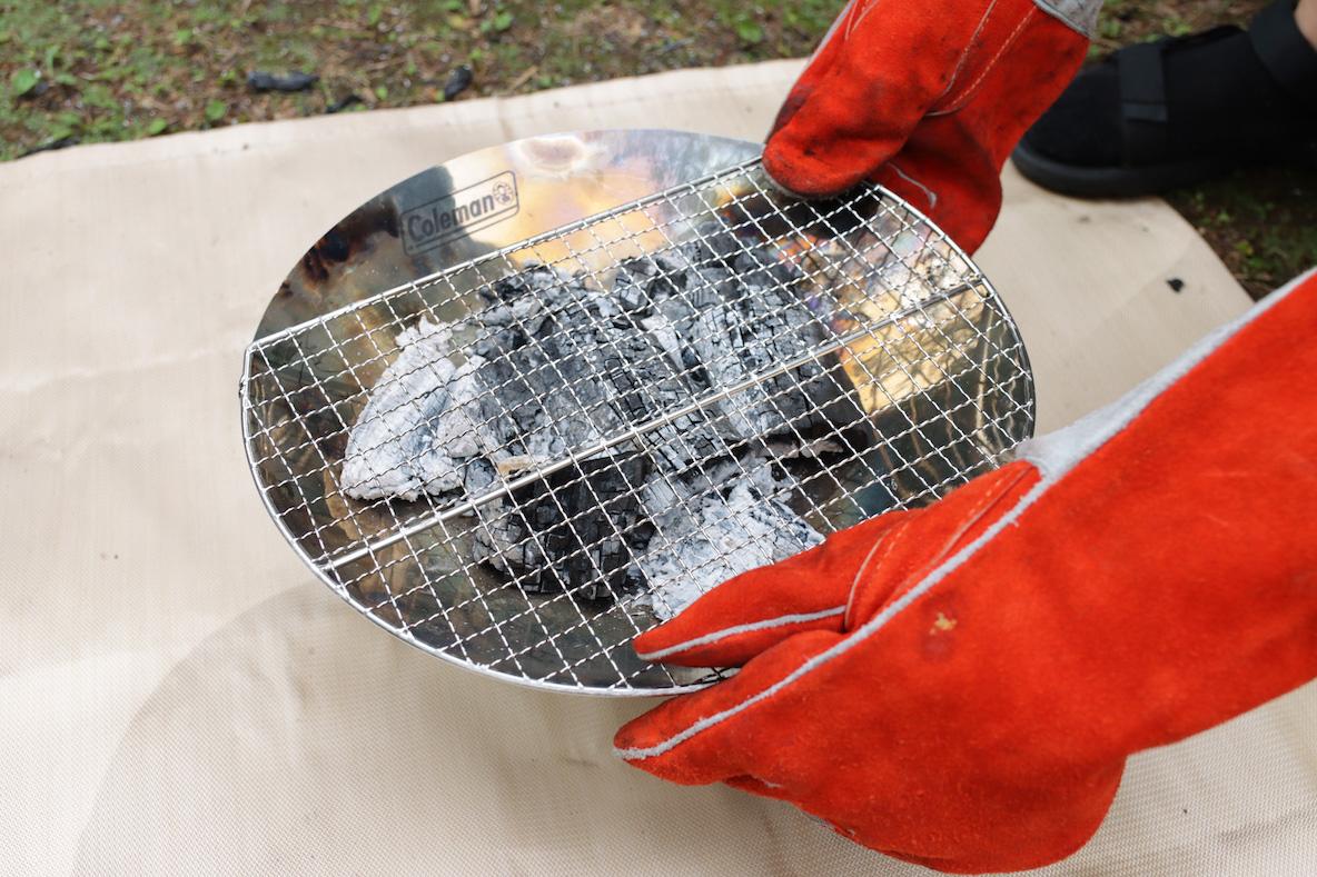 コールマン 「ファイアーディスクソロ」に焼き網を乗せる