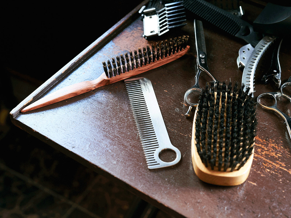右から〈KENT〉の「Finest」、〈Chicago Comb〉の「Classic Model No.1 Stainless Steel」、〈N.B.A.A〉の「Finishing Brush S」