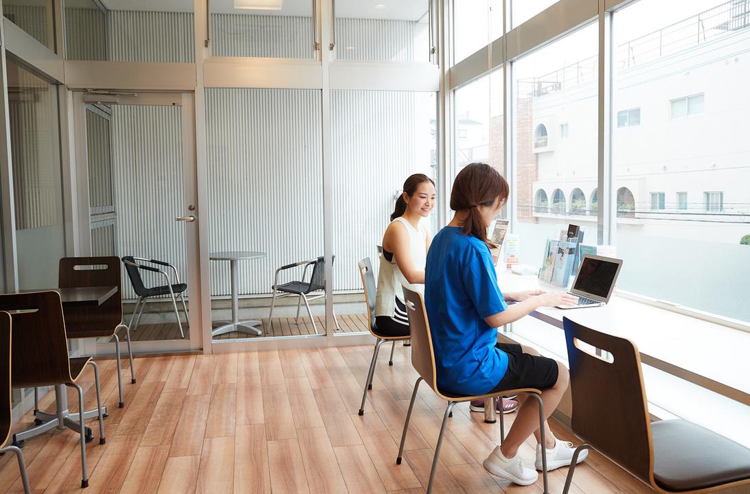 Wi-Fi完備のラウンジスペースでは、お弁当を食べたりレッスンの合間に仕事をする人も。