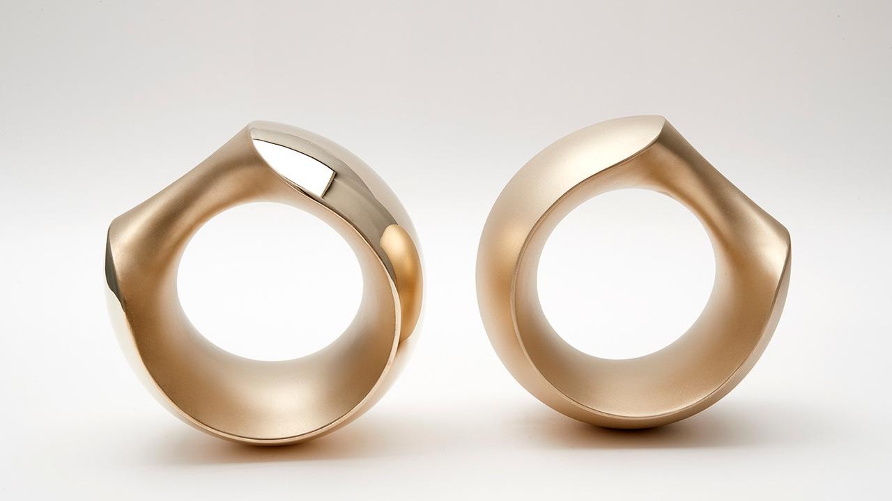 直径約14.5cmのシルジン青銅製ダンベル、《アルマジロ》。