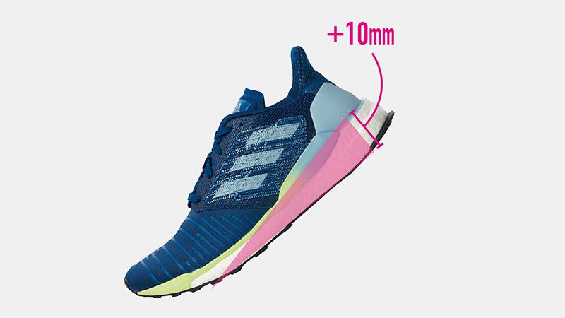 《ソーラーブースト》のドロップは10mm。前足部から踵部まで十分なクッション性を備えているので、安心して足を任せられる。