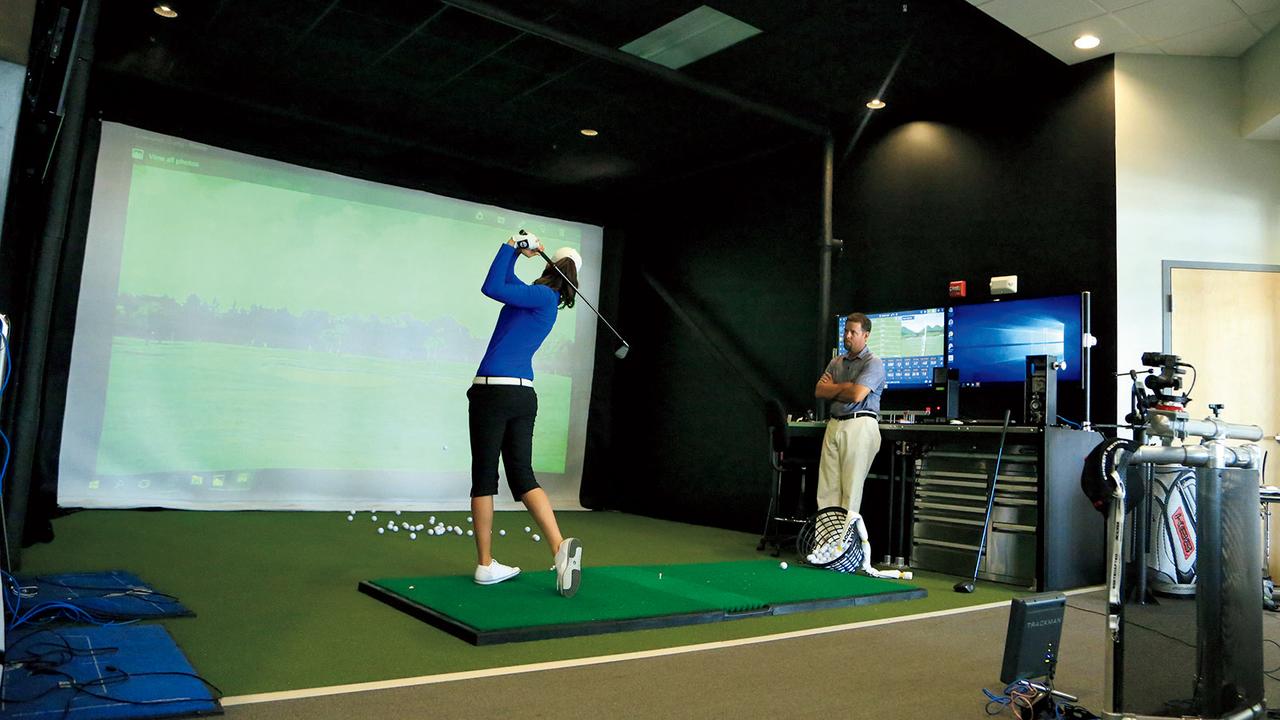 IMGアカデミーのゴルフスタジオ内にはパターとそれ以外に分けてスイングをトラッキングするマシンが揃う。