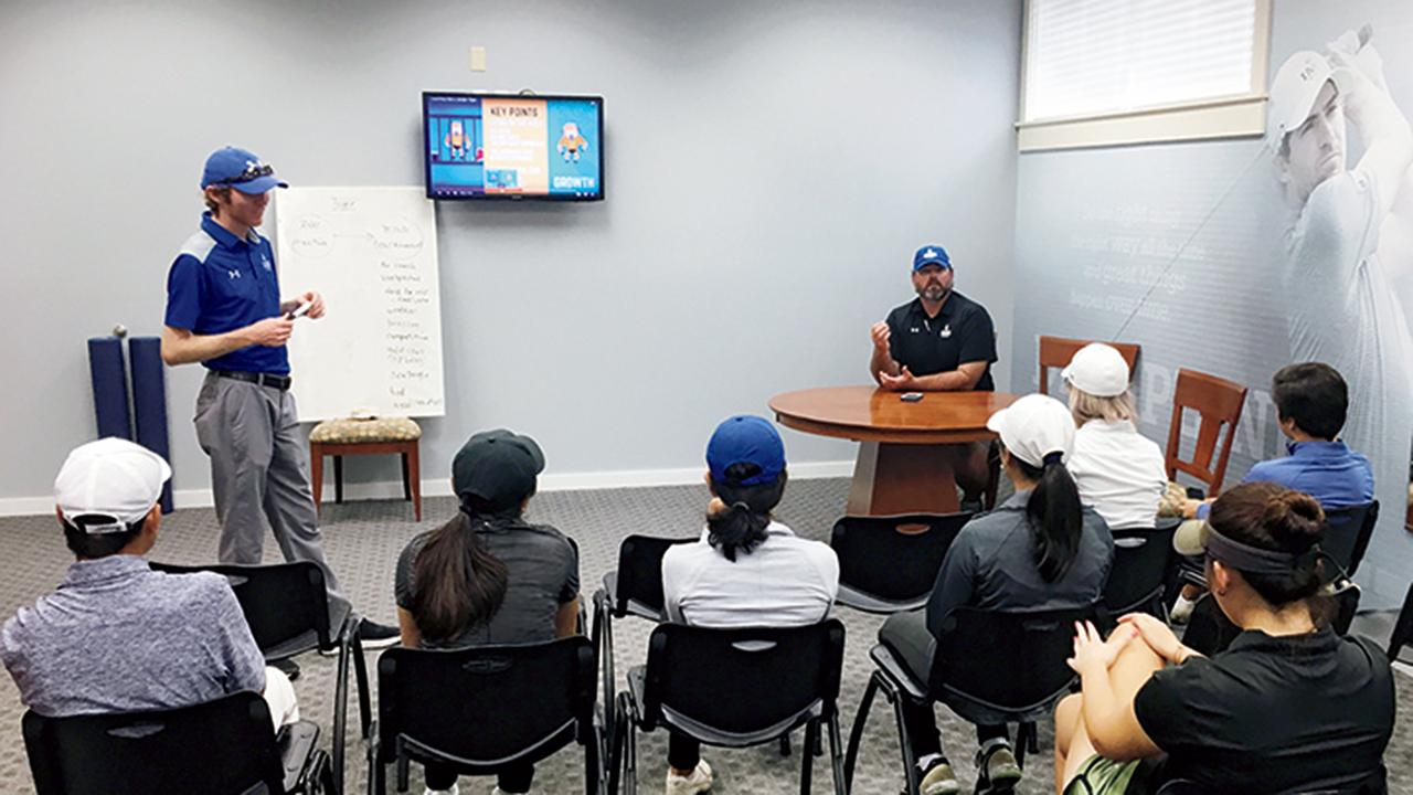 ゴルフ選手たちにメンタルコーチがセッションを提供。ルーティーンなどメンタリティを安定させるスキルを学んでいく。