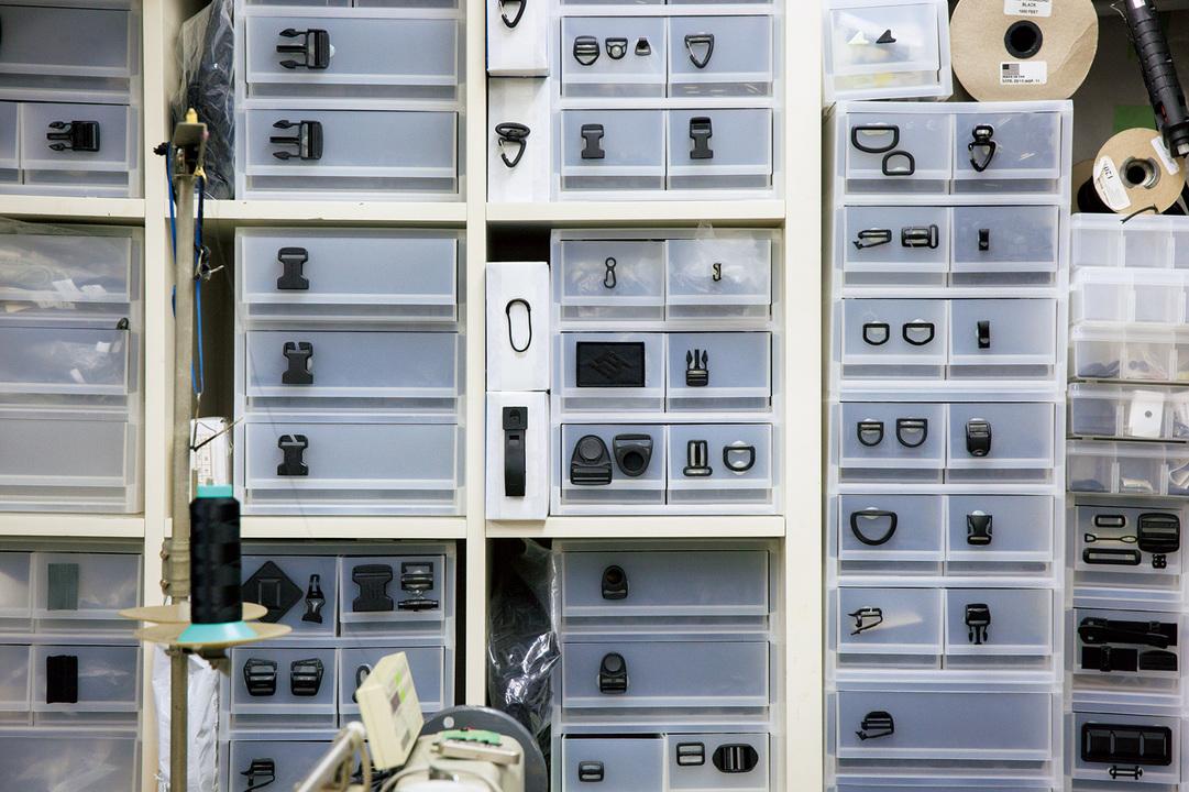 工房には驚くほど多種のパーツやクロス素材がストックされている。