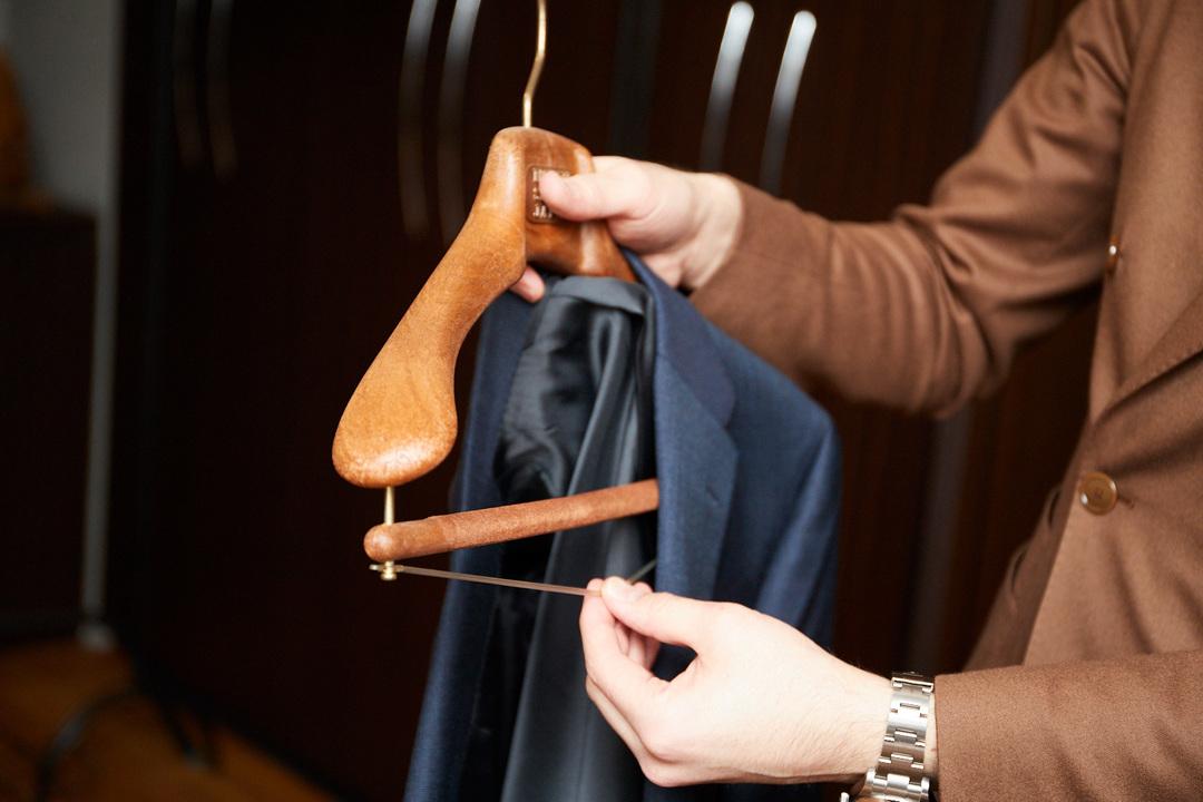 スーツを掛けるなら、肩部分が型崩れしないよう、厚みがあるものを選ぶ。